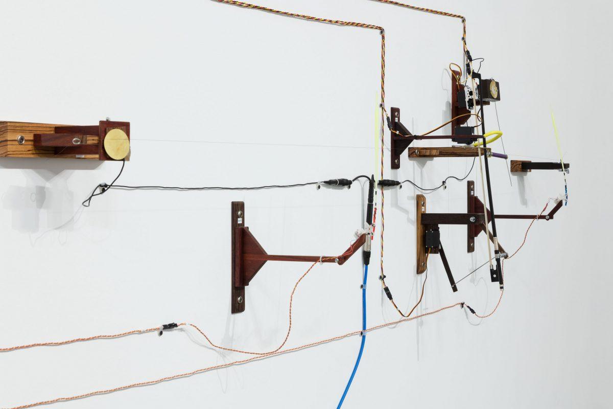 détail de Orchestre à géométrie variable, 2013-2014, Jean-Pierre Gauthier, Amplificateurs, archets, bois exotique, câbles audio, fils métalliques, haut-parleurs, microcontrôleurs, microphones, moteurs et tubes ABS.